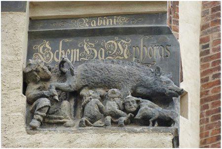 """Eine als """"Judensau"""" bezeichnete mittelalterliche Schmähskulptur in der Außenwand der Stadtkirche Sankt Marien in Wittenberg. Anlässlich des Reformationsjubiläums 2017 gibt es Forderungen, das Relief zu entfernen und in ein Museum zu bringen"""